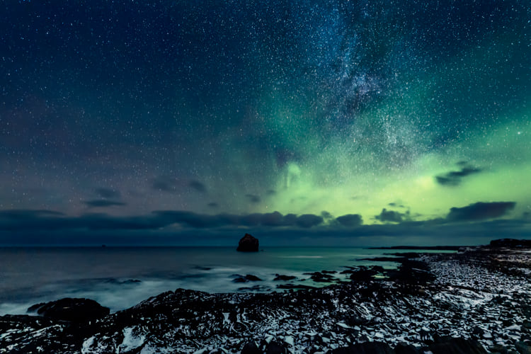 northern-lights-with-starry-sky