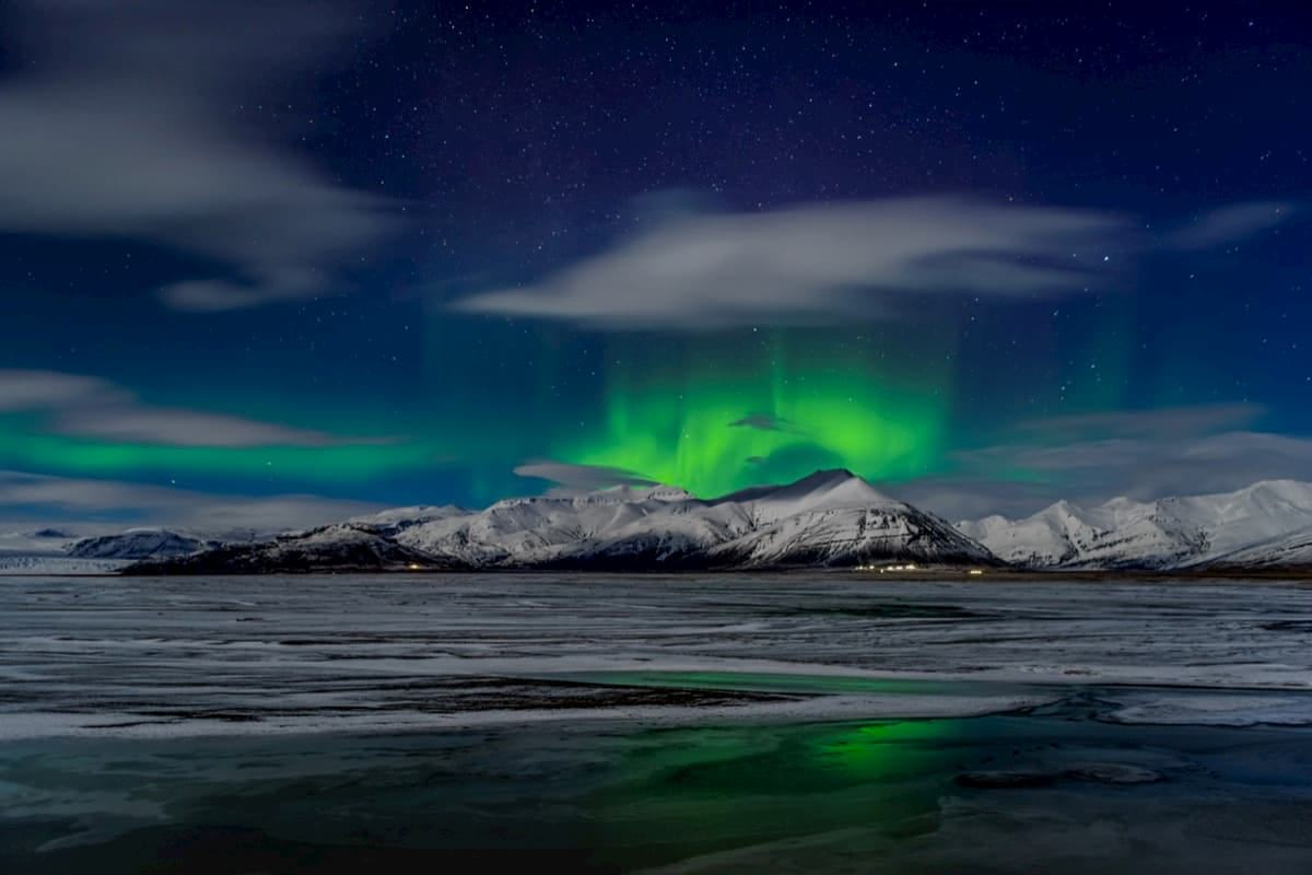Northern-Lights-over-snow-covered-mountains