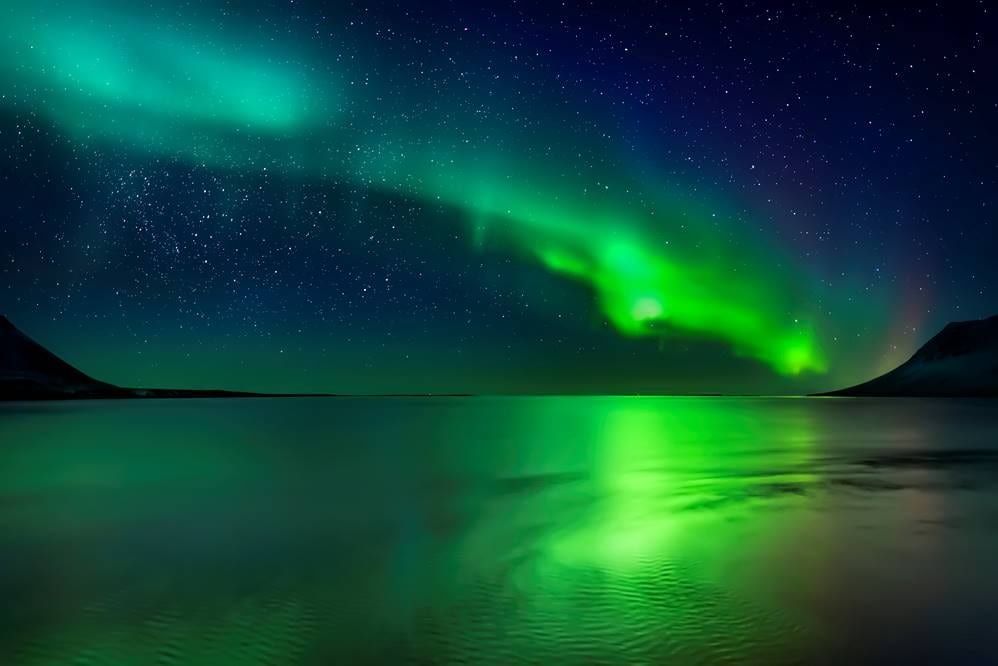 Northern_lights_over_lake