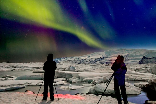 People-taking-pictures-of-northern-lights-with-tripods
