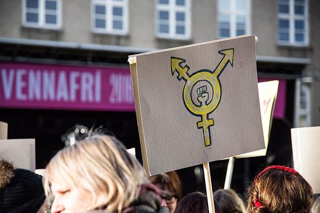 Women-sign-at-kvennafridagurinn-Reykjavik-2016.jpg